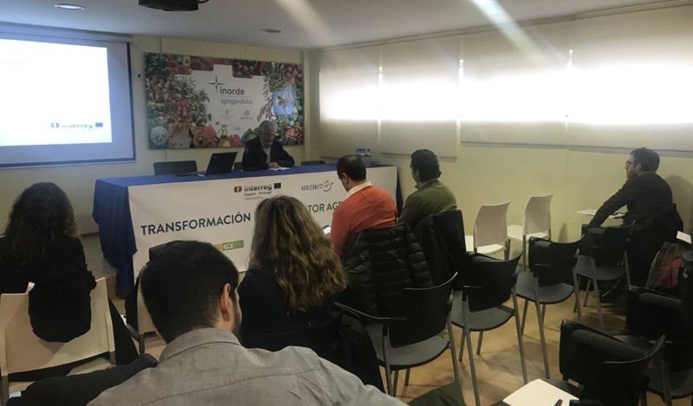 Un momento de la presentación de las jornadas con Rosendo Fernández al frente.