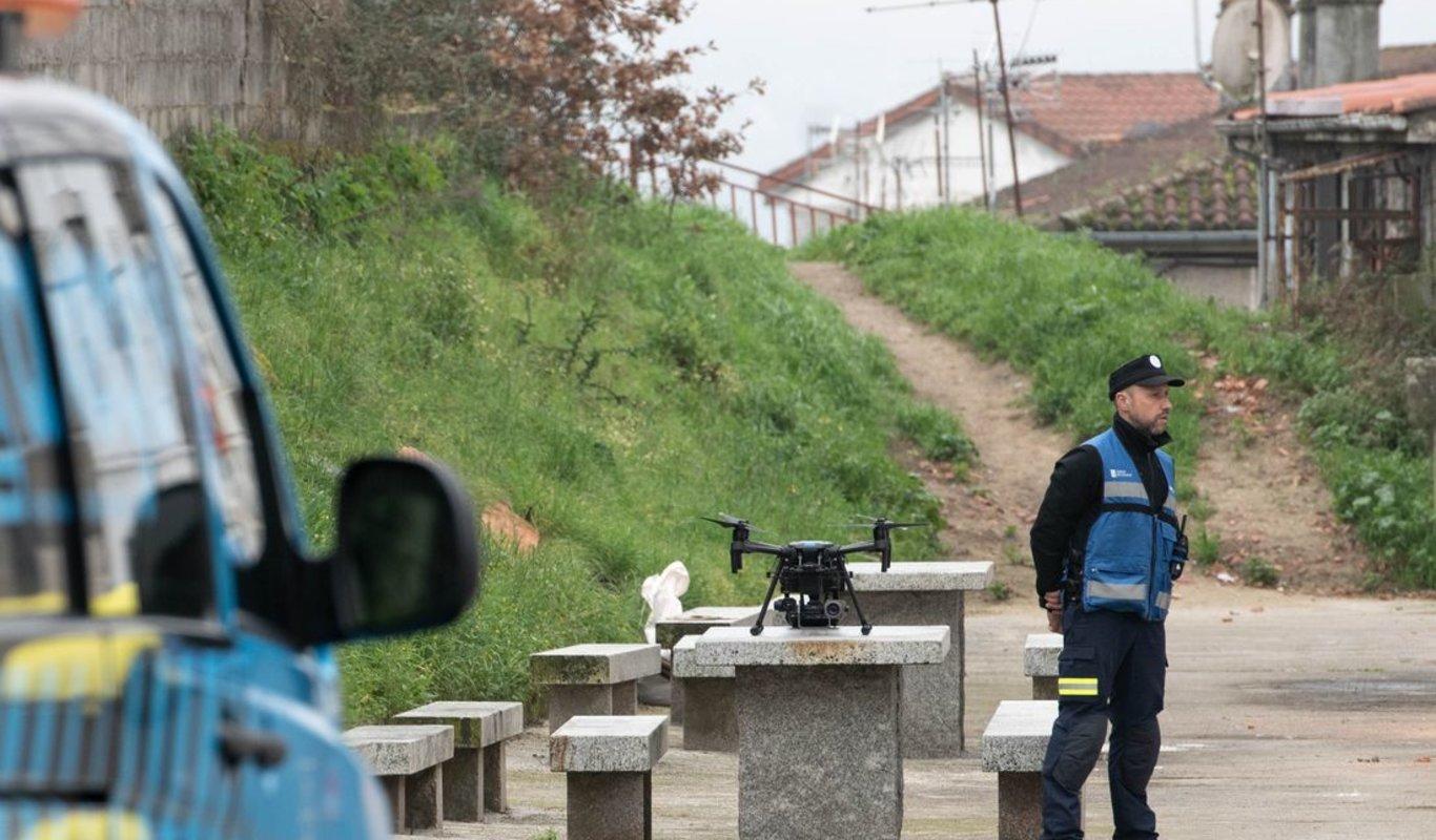 Un técnico de la Axega, junto al dron utilizado el pasado día 12 para buscar a la joven en Covadonga. (Foto: Óscar Pinal)