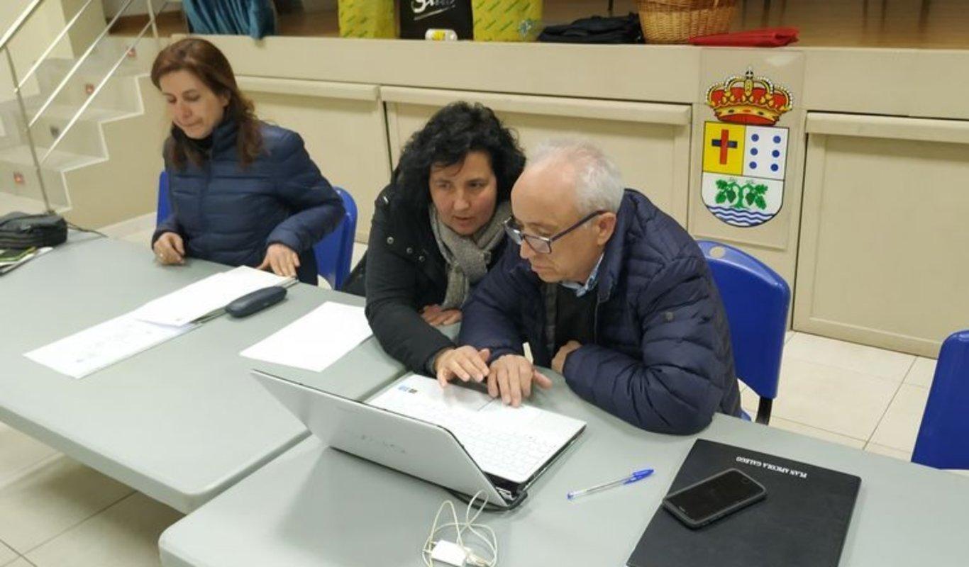Armando Rodríguez, ante el ordenador, momentos antes de comenzar la asamblea.