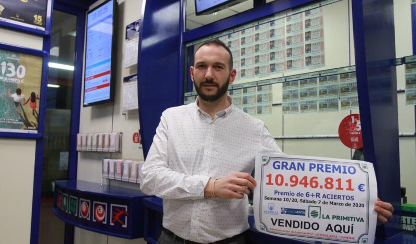 Jorge Anta, ayer en su administración nº2 de la ciudad, con el cartel del premio de 10,9 millones vendido.