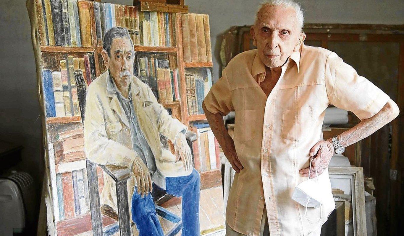 El pintor centenario Luis Torras, en su estudio de Vigo. (Foto: Jorge V. Landín)