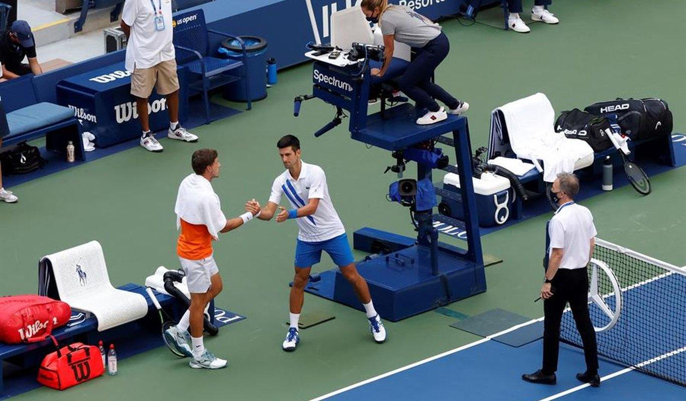 Djokovic Queda Descalificado Por Dar Un Pelotazo A Una Jueza De Linea