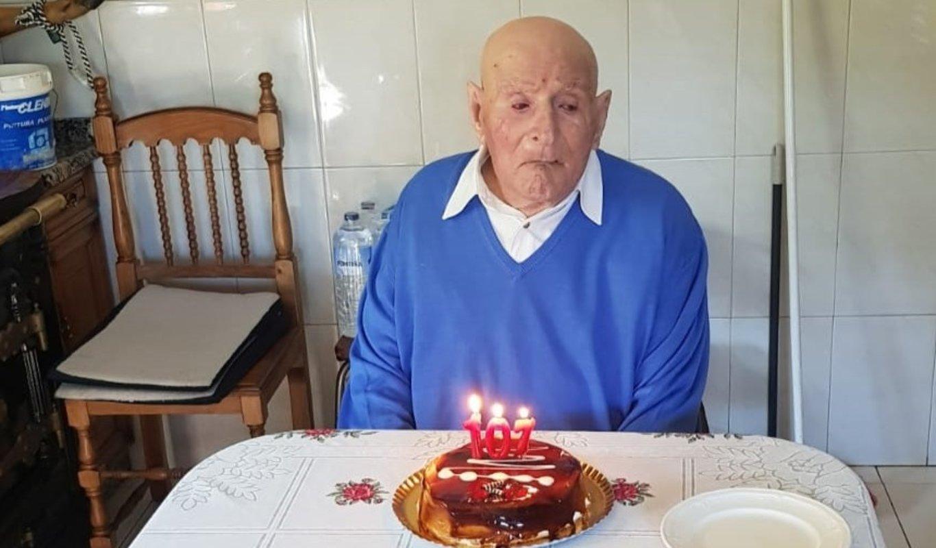 "Ricardo Feijóo, ""Recaredo"", sopla las velas de sus 107 años en Pereiro."