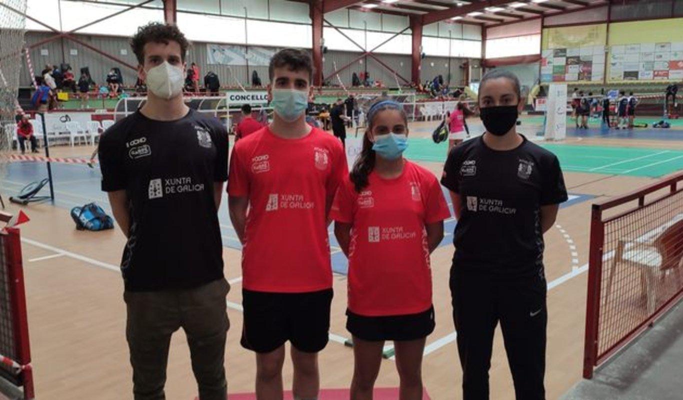 Martín Iglesias y Ana Nóvoa, en el centro con camiseta roja, flanqueados por los técnicos Antonio y Marta.
