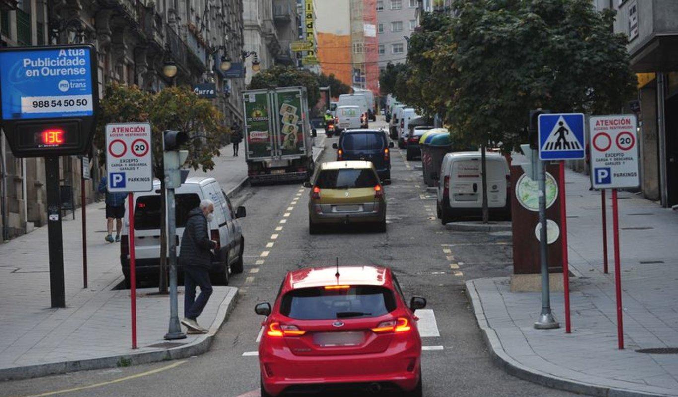 Los coches son habituales en la calle.