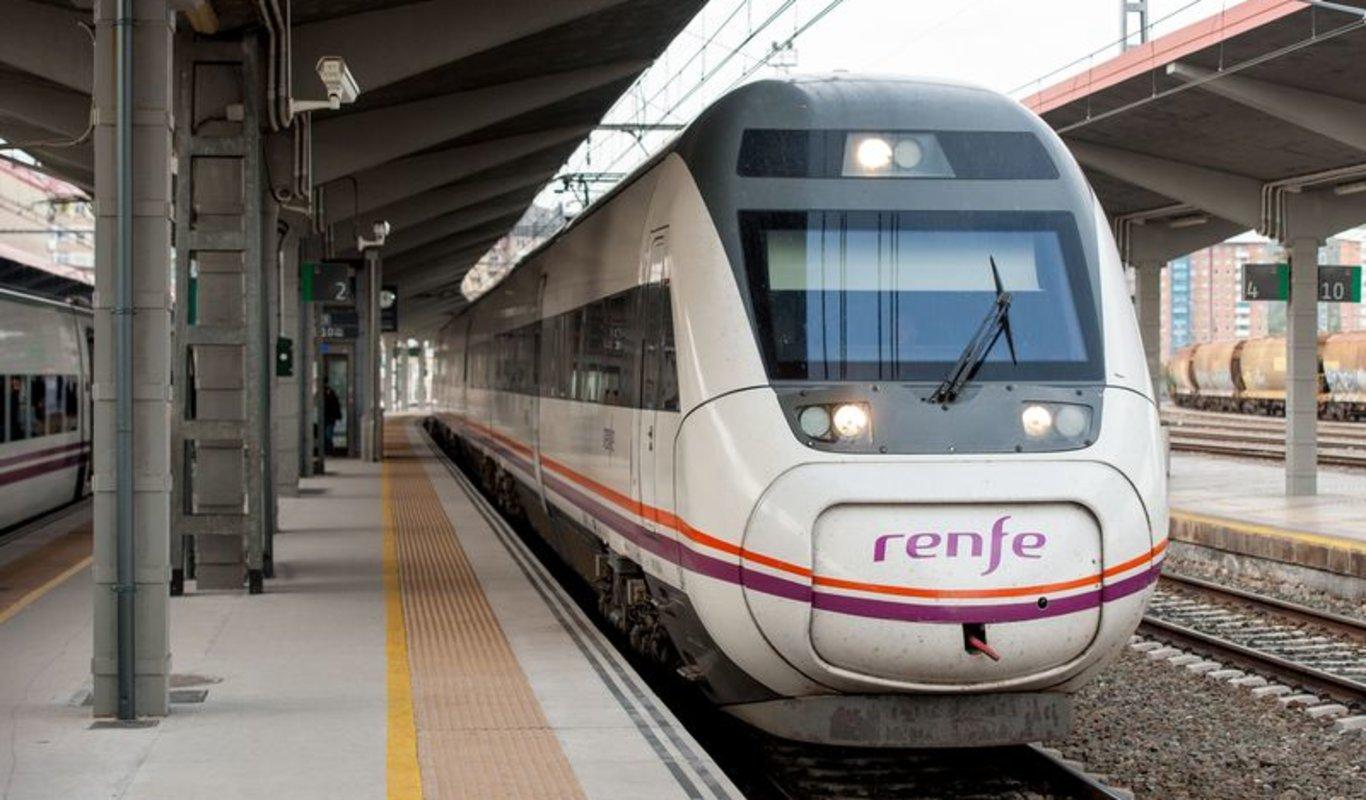 OURENSE (ESTACIÓN EMPALME). 01/11/2017. OURENSE. Llegada y salida de trenes con un trasbordo de pasajeros.