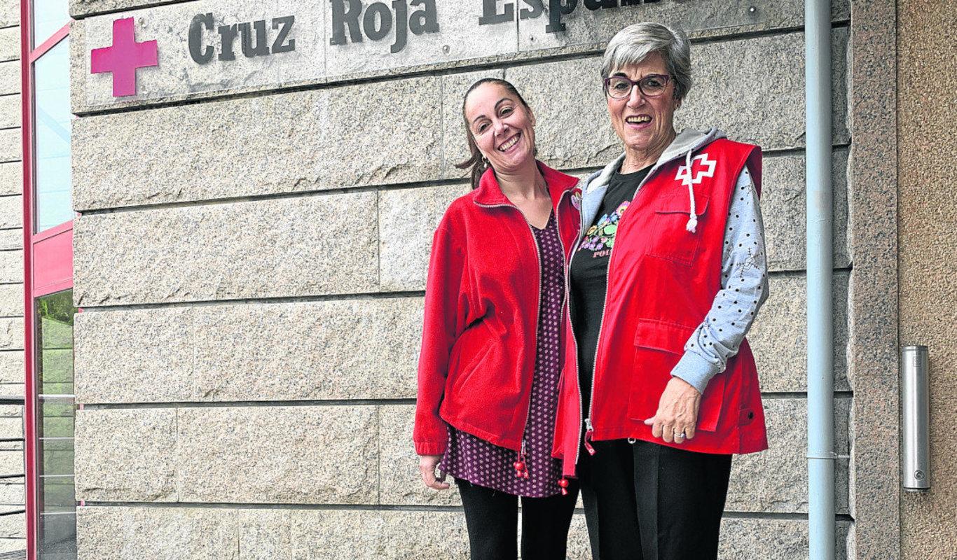 María Martínez y Paquita Panero, frente al edificio de la Cruz Roja.