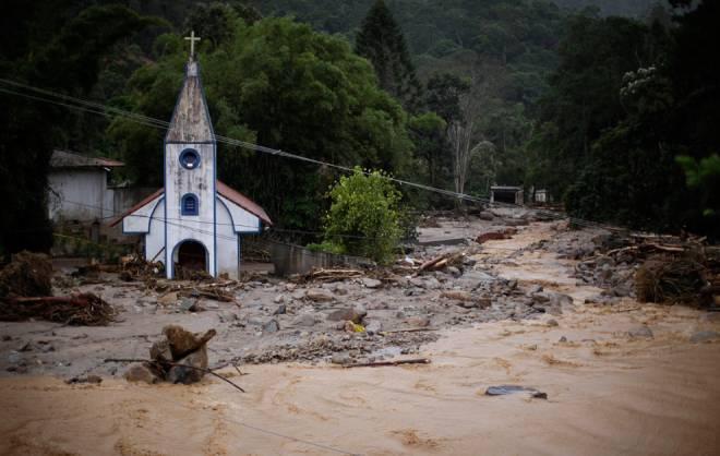 Una iglesia destruida rodeada de escombros después de un deslizamiento de tierra en Teresópolis, estado de Río de Janeiro. Foto: boston.com