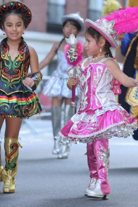 Niñas participan con trajes tradicionales
