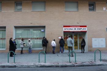 El desempleo supera por primera vez los cinco millones de for Oficina empleo ourense