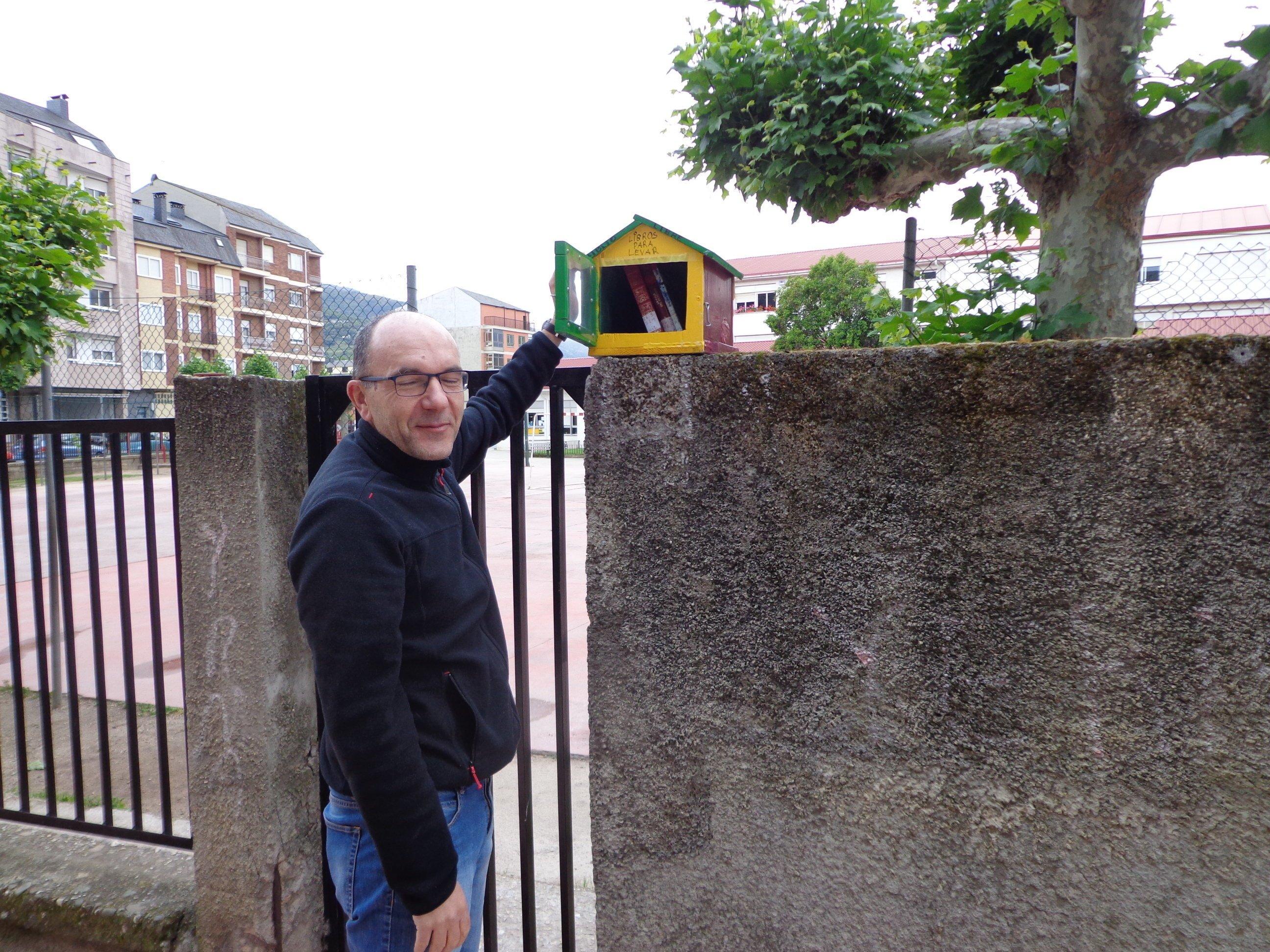 Xoaquín Freijeiro deposita varios libros en el puesto de intercambio colocado en el colegio (J.C.)