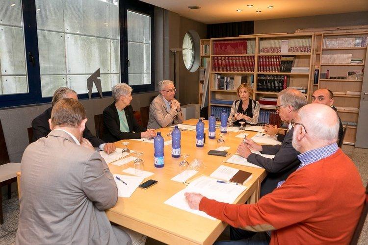 Nava Castro, en el centro de la imagen, durante la reunión con los expertos en rutas jacobea