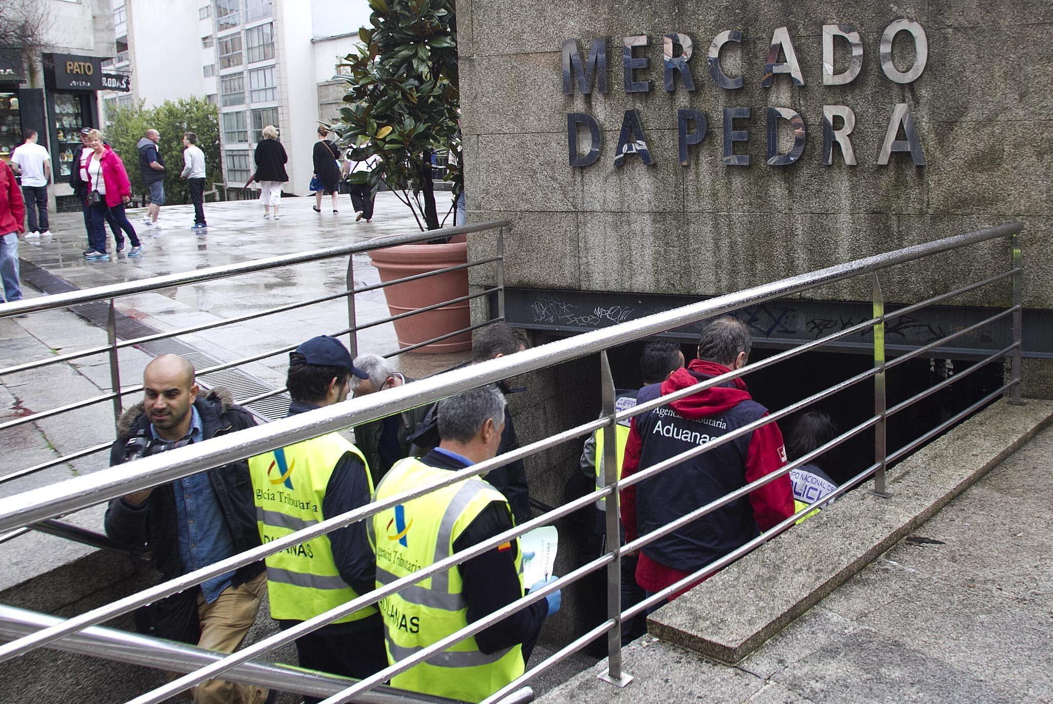 3870c5615db6 Agentes de lo servicios de aduanas de la Agencia Tributaria a su llegada al  Mercado de