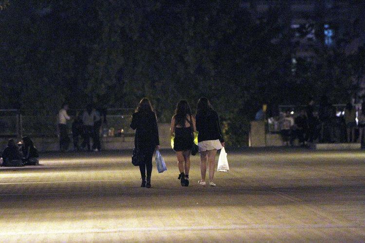 Tres jóvenes se incorporan a un botellón en la Alameda de Ourense (MIGUEL ÁNGEL)