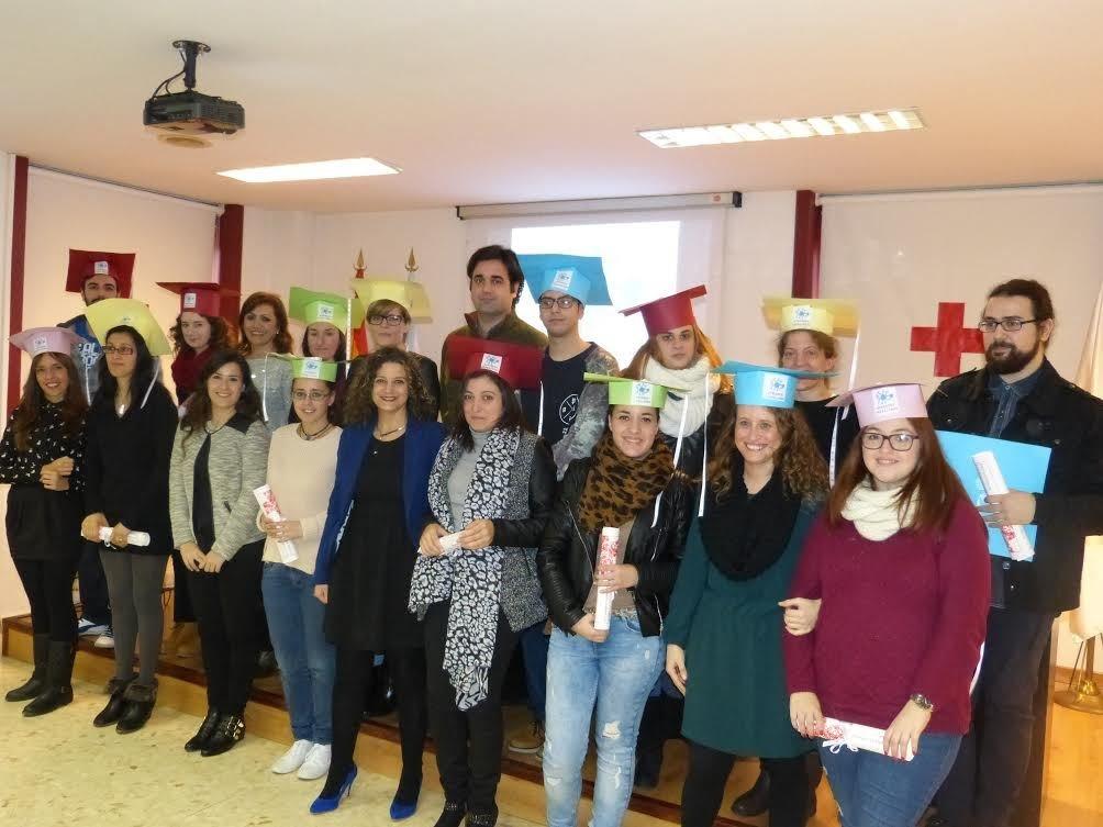Foto de los participantes en el proyecto con el presidente de Cruz Roja, José Luis Santos-Ascarza.