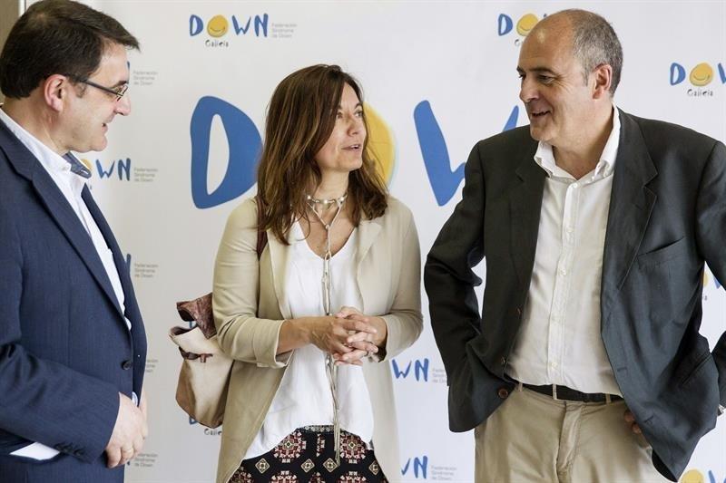 El responsable del equipo de neurofarmacólogos del Instituto Hospital del Mar de Investigaciones Médicas, Rafael de La Torre (d) conversa con asistentes al II Encuentro de Familias de Down Galicia.