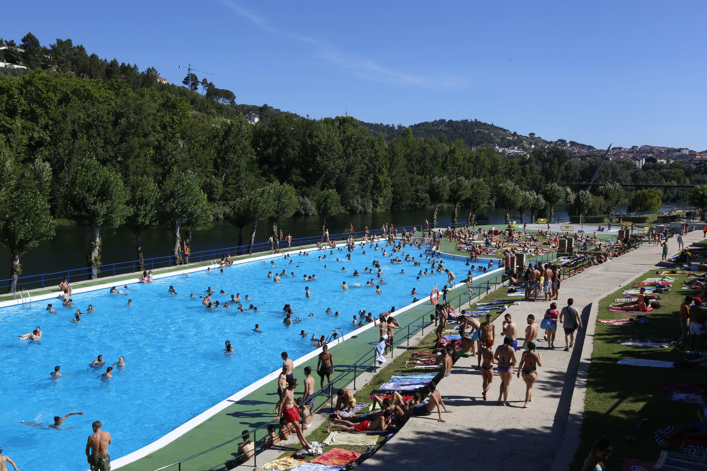 los ourensanos se refugian del calor en la piscina