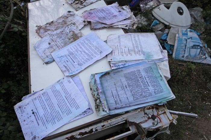 Aparecen numerosos documentos judiciales en un vertedero de