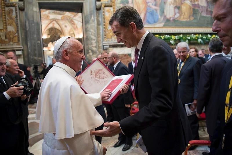 LaRegion-es, 6 de mayo, El regalo del rey al papa Francisco