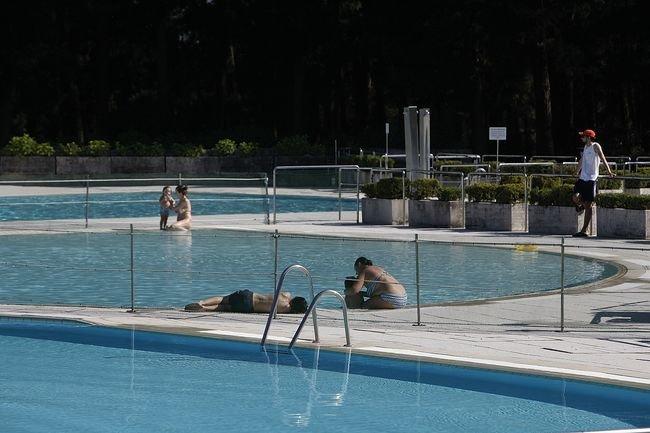 Las piscinas de monterrei abren con pocos ba istas for Piscinas en ourense