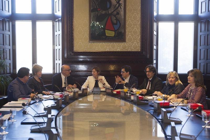 La mesa del parlament tramita una reforma expr s del for Mesa parlament