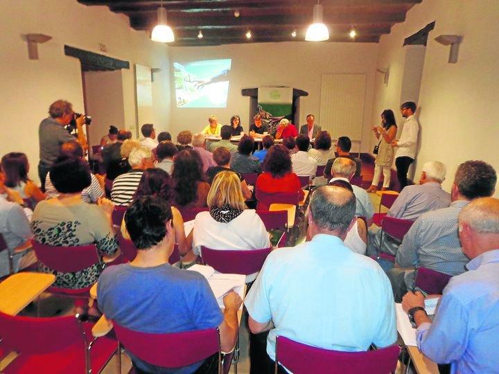 Consuelo Vega, Luisa López, Javier Rodríguez, Severino González y Santiago Melo, en la asamblea.