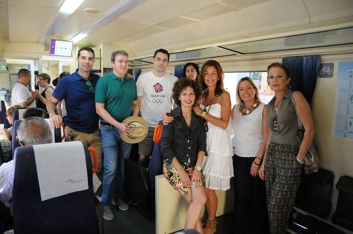 Marisol Díaz -en el centro, de blanco- en el Tren Valdeorras-Ribeira Sacra.