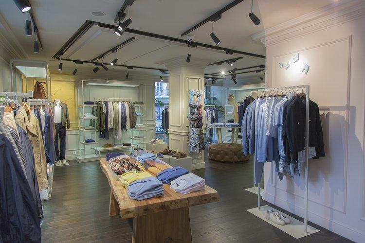 Adolfo dom nguez abre siete innovadoras tiendas ourense for Tiendas adolfo dominguez valencia