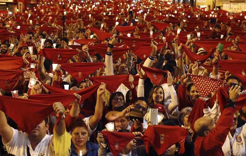"""Miles de personas han entonado en diferentes puntos de Pamplona el tradicional """"Pobre de mí"""" para despedir así los Sanfermines 2017, un cántico triste que han combinado con el """"ya falta menos"""", que inicia la cuenta atrás para las fiestas del 2018"""