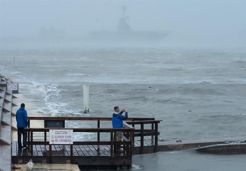 Una persona toma imágenes de la tormenta en la costa.