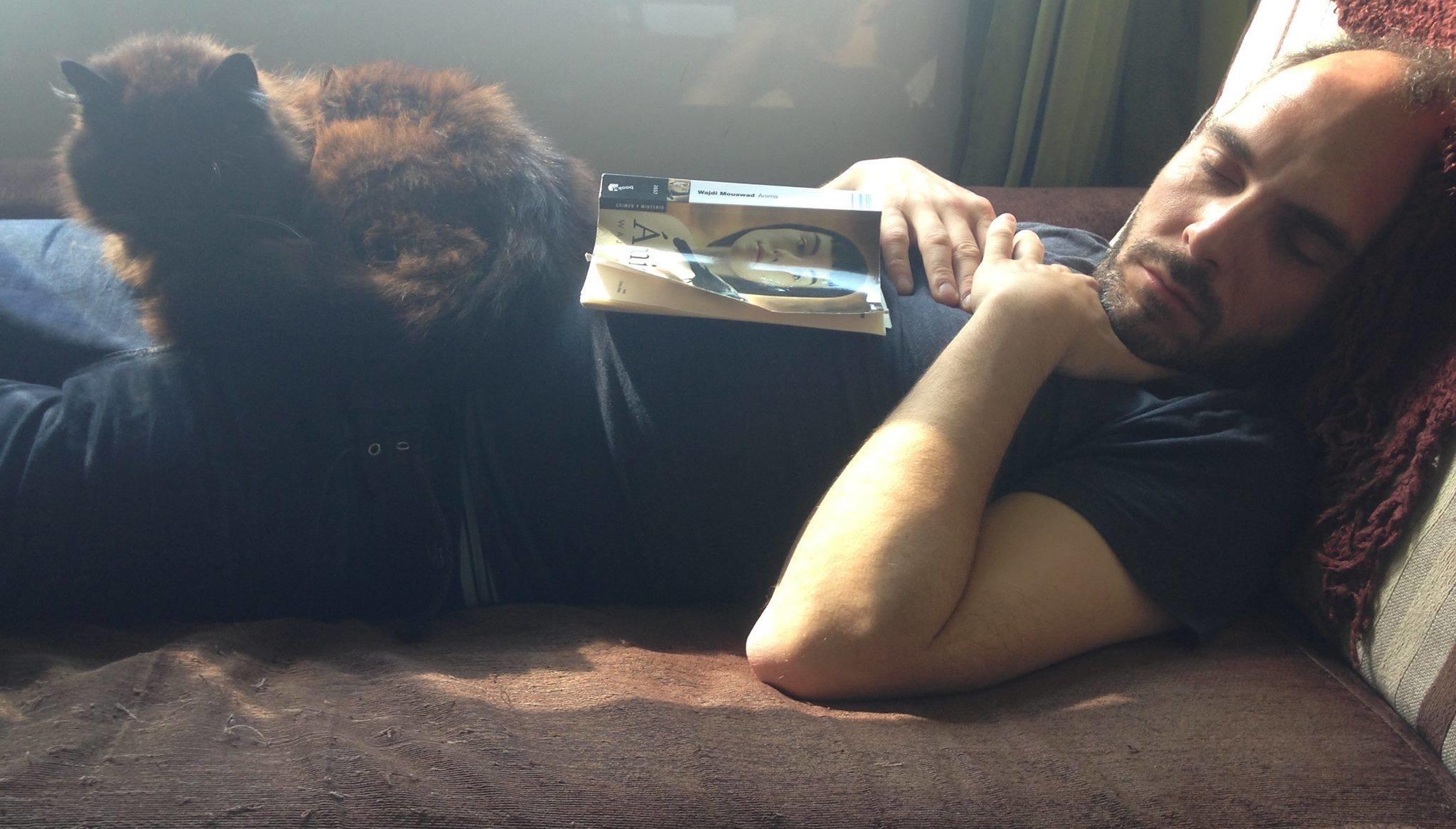el actor ourensano disfrutando de una de sus pasiones la lectura
