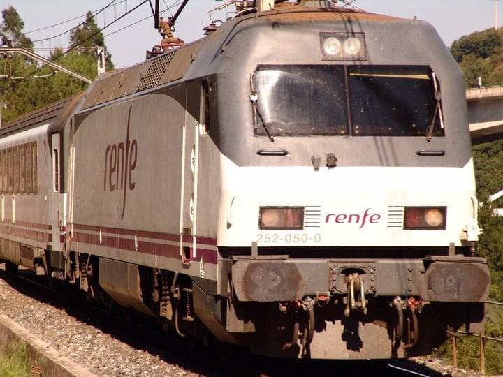 Tren que realiza el servicio entre Bilbao y Ourense.