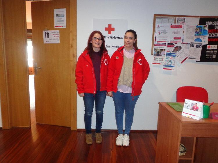 Las trabajadoras sociales Cristina Darriba y Beatriz Blanco en la sede de  Cruz Roja, en O Barco.