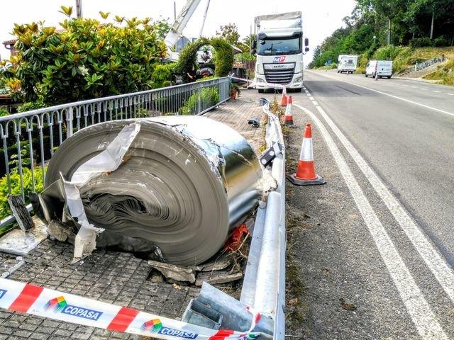 Un camión pierde parte de la carga sobre la carretera N-540, en Vulamarín