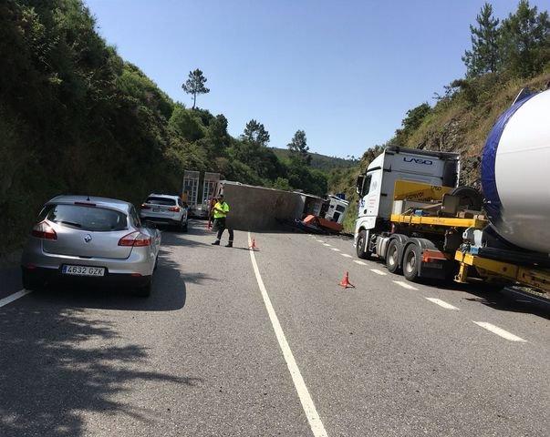El conductor de un camión resulta herido leve tras volcar en Boborás