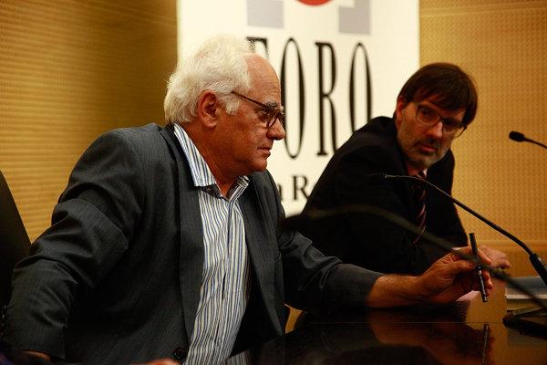 Perfecto Conde interviene en el Foro La Región ante la mirada del juez decano de Ourense, Leonardo Álvarez.