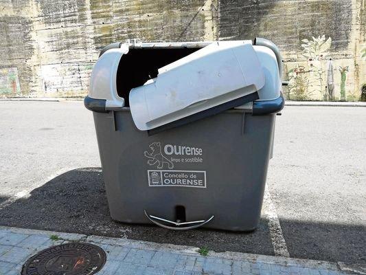 Otro contenedor roto  en Barrocás