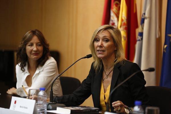 La subinspectora de la Policía Nacional Teresa Ramos y la escritora Marta Robles, durante la intervención de ésta.