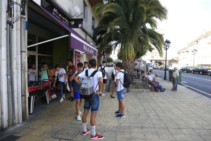 Gente joven, en el núcleo de A Valenzá (Barbadás).