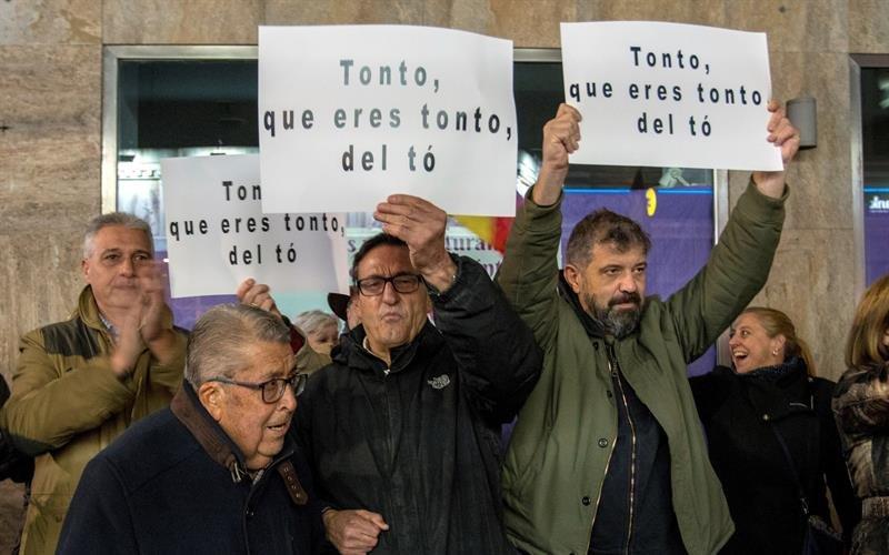 Unas setenta personas, según fuentes de la Policía Nacional, han recriminado al humorista Dani Mateo.
