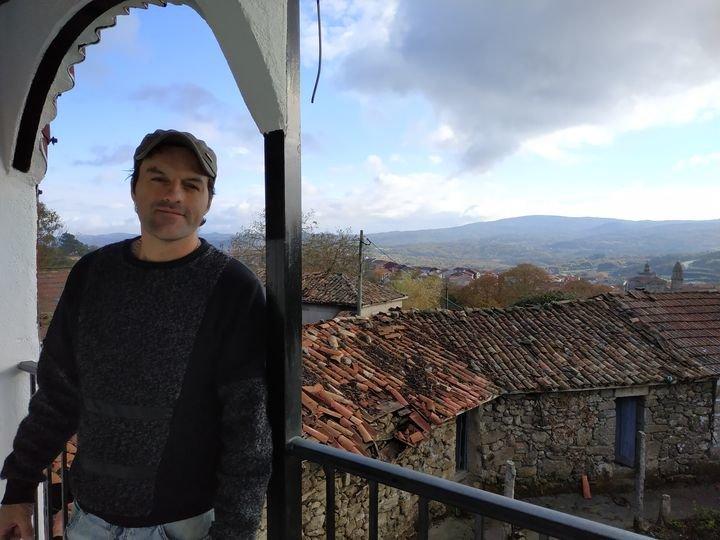Juan Contreras en el balcón de su vivienda en A Obra, en un mirador hacia la villa de San Rosendo.