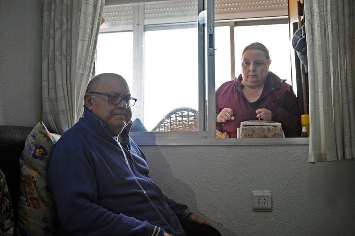 María Jesús Domínguez y su padre, José Domínguez, en su domicilio de Pena Corneira. :: laregion.es