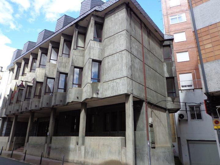Fachada principal del edificio de los antiguos Juzgados, en O Barco. (J.C.)