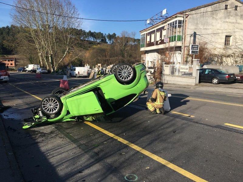 Accidente vial al volcar un vehículo en Seixalbo