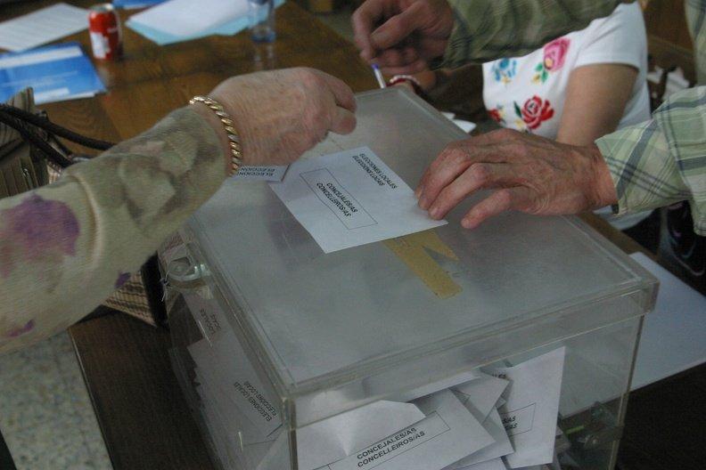 Una ourensana, votando en las últimas elecciones Generales.
