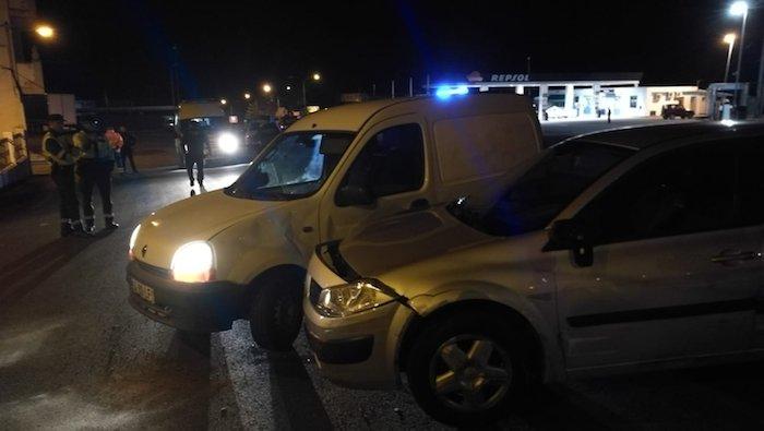 Dos guardias civiles junto a los dos coches que utilizaban los detenidos. Ambos vehículos sufrieron daños durante la persecución.