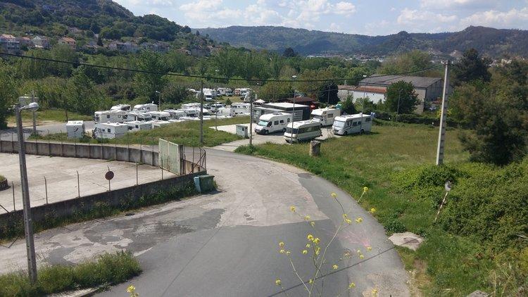 El entorno del Campo da Feira, sin espacio para una autocaravana más, este domingo al mediodía.