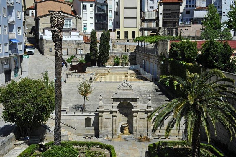 Fuente de As Burgas y, detrás, la piscina que lleva varios días cerrada al público. (MARTIÑO PINAL)