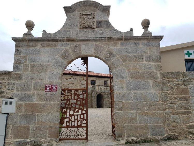 Fachada de la casa rectoral de Parada de Sil, ahora alojamiento de turismo rural.