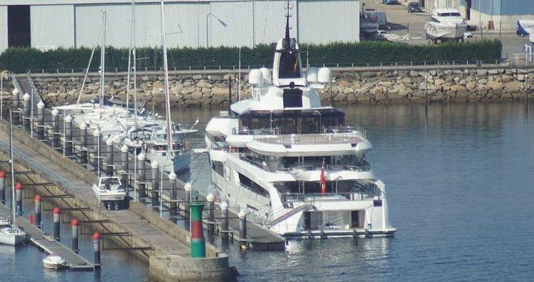 Un megayate VIP de cuatro pisos con helicóptero atracó en Vigo